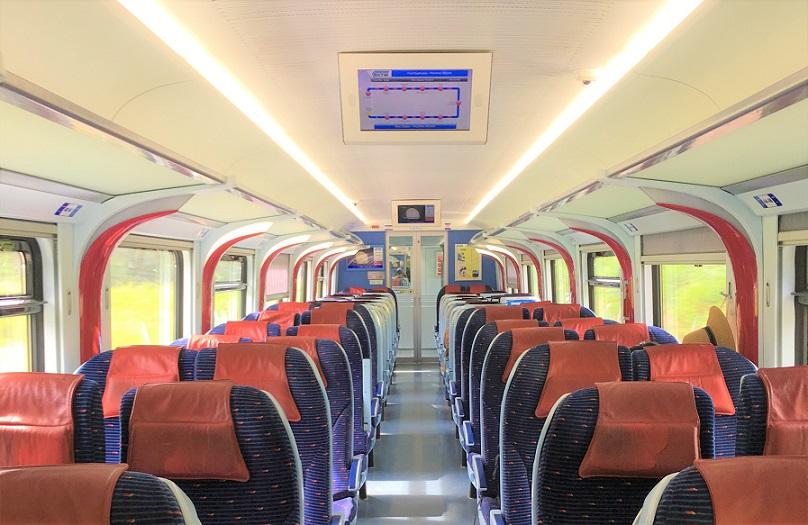 クアラルンプールからパダンベサール駅に向かうマレー鉄道の電車内の写真