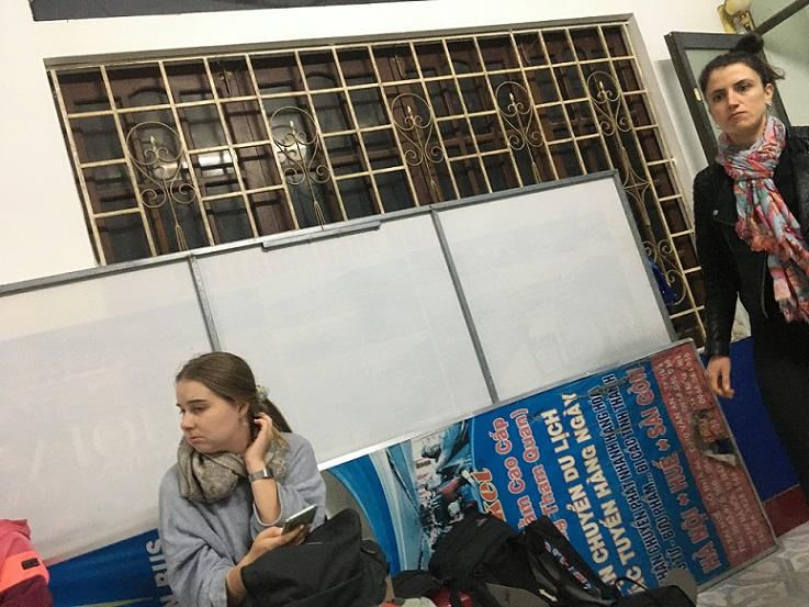 フエのバス会社で、乗り換え街をする欧米の女性観光客たち。