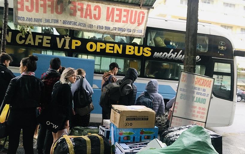 フエから乗り継いで、ホーチミン行きのバスに乗り換える欧米系の観光客たちの写真。