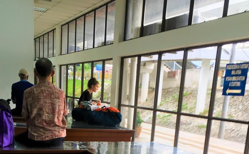タイとマレーシアの国境のイミグレで列車を待つ外国人観光客の写真