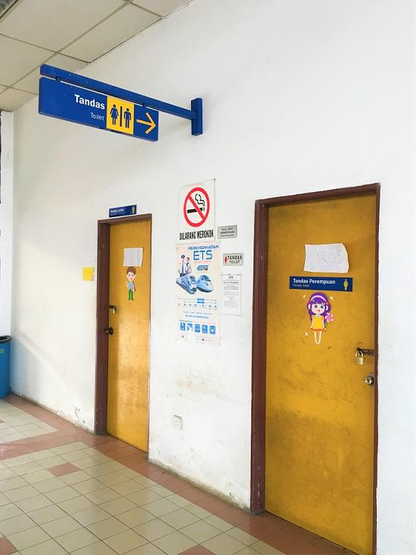 タイとマレーシアの国境のパダンベサール駅のトイレの写真