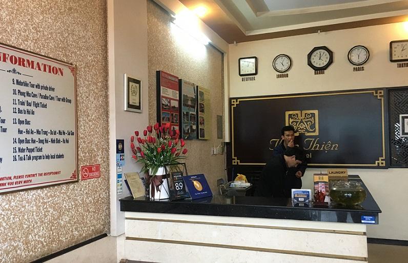 ベトナムで最初の世界遺産のフエのホテルに到着し、ロビーで宿泊手続きしている写真。