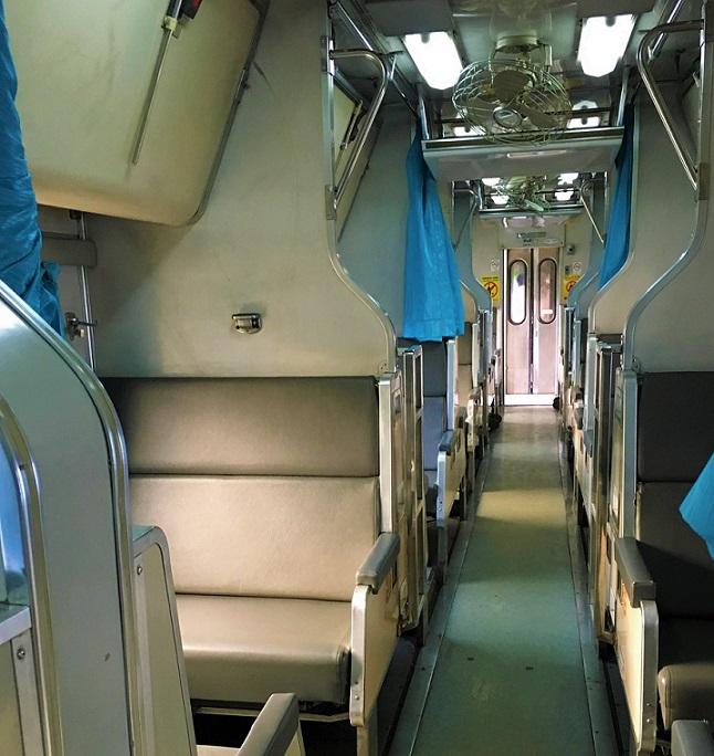マレーシアからタイのバンコクまで陸路で向かう鉄道の中の写真|タイ旅行