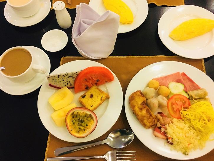 ハノイからフエに早朝に着いた日に食べたホテルの朝食の写真