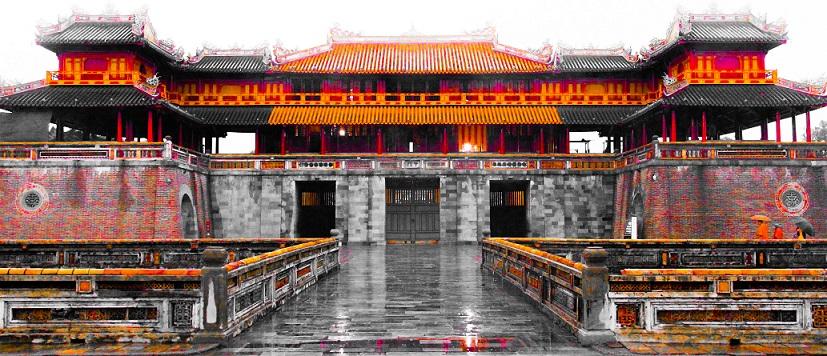 ベトナムきっての世界遺産、静寂の古都フエの王宮へ続く門の写真。