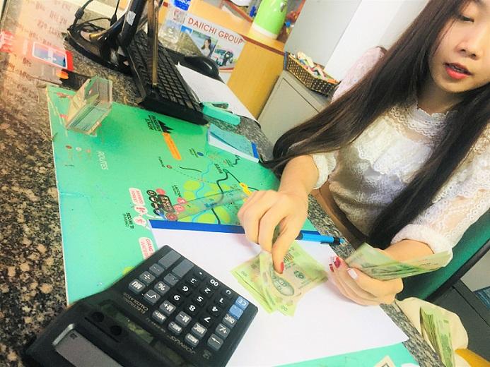 ハノイの夜の街のマッサージ店兼両替屋さんの美女に日本円からベトナムドンに両替してもらった写真、手数料は格安。