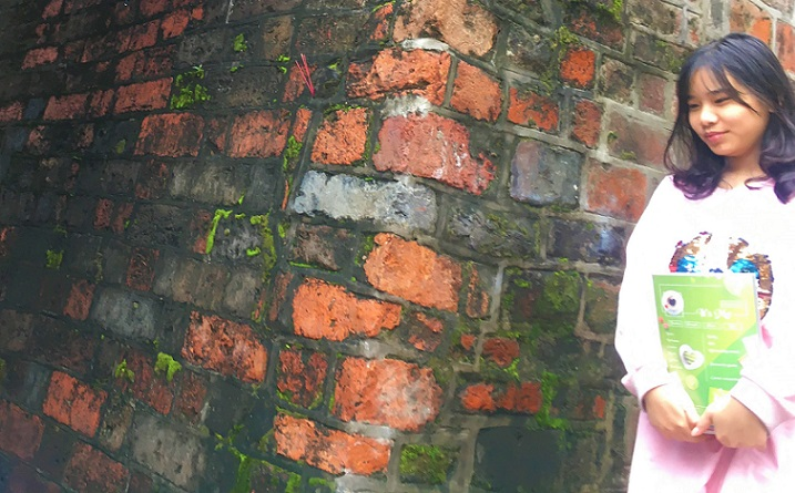 ハノイの旧市街の名所のドンハー門で出会ったベトナム人の女子高生、笑顔で写真を撮らせてくれた。