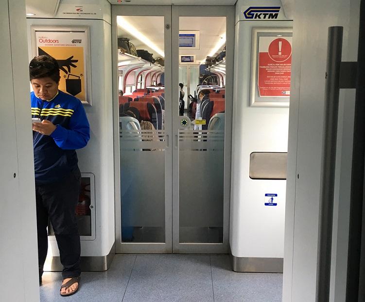 クアラルンプールからタイ国境のパダンベサール駅に向かう電車の車内の写真