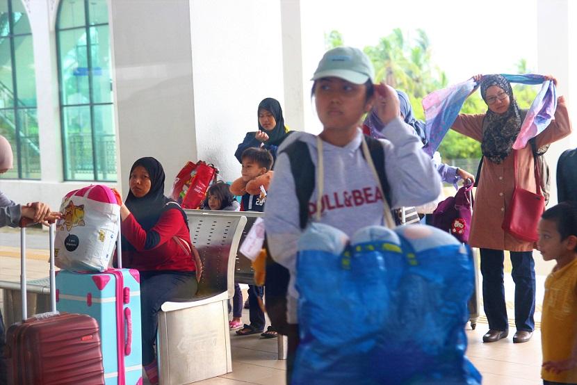 クアラルンプールから国境のパダンベサール駅に着いたマレーシア人の写真
