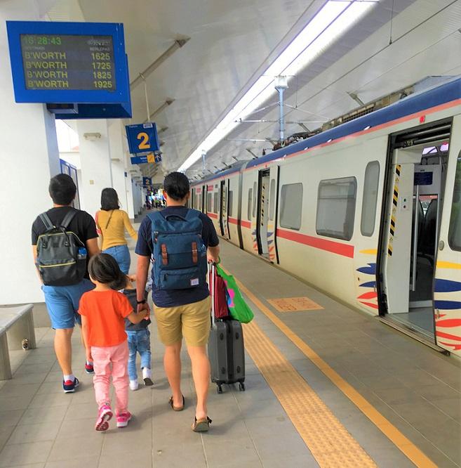 タイとマレーシアの国境のパダンベサール駅に着いた家族の写真