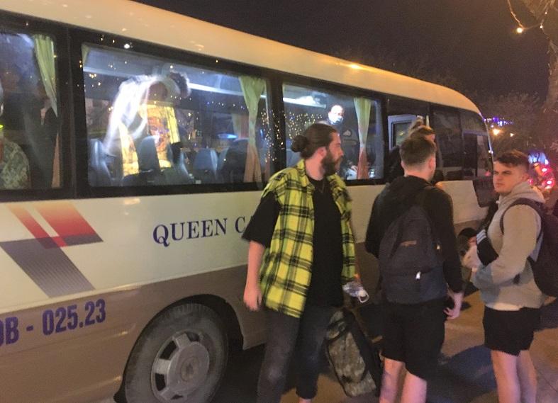 フエ行きバスの迎えのマイクロバスの写真。これに乗って乗客が集められる