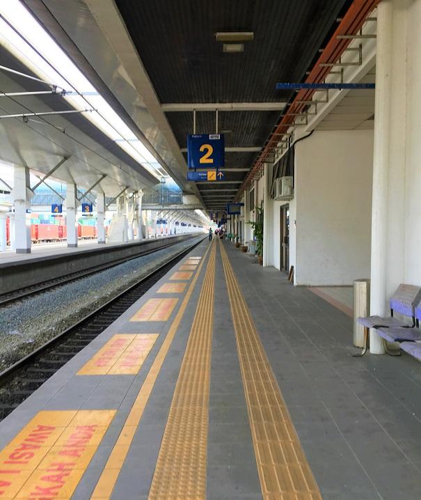 パダンベサール駅のホームの写真|マレーシア旅行