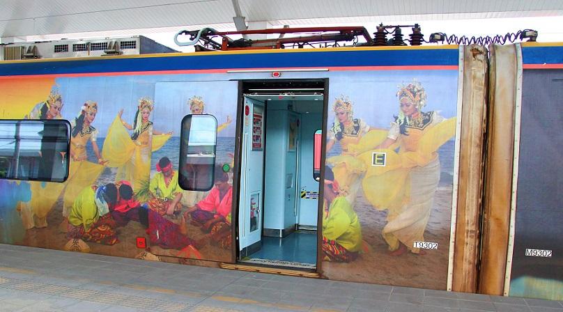 タイとマレーシアの国境のパダンブサール駅のマレー鉄道の電車の写真