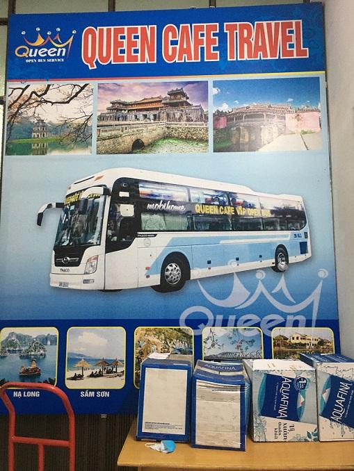 ベトナムの全域にバスを走らせている、クイーンカフェバスの看板の写真。