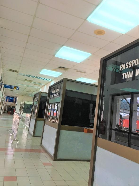 タイとマレーシアの国境のパダンベサール駅のタイ側のイミグレの写真