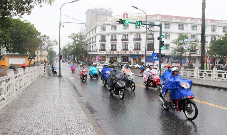 世界遺産フエのチュンティエン橋の入口を走るバイクの写真|ベトナム旅行