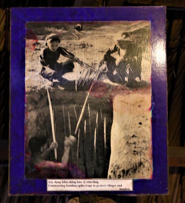ベトナム戦争中に地下に槍のついた落とし穴を作る人たちの写真|クチトンネルにて