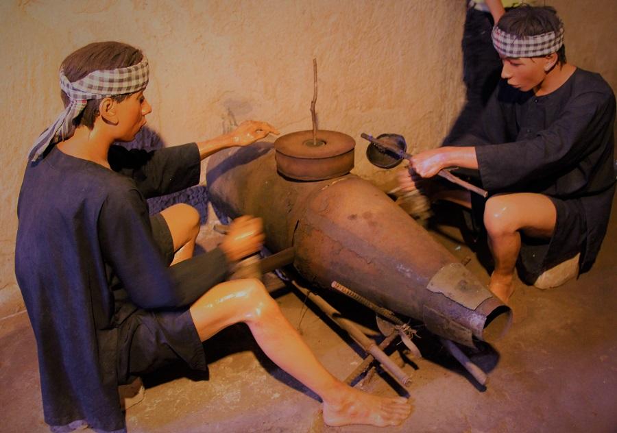 ベトナム戦争中に地下室で爆弾を作っている人々の再現人形の写真|ホーチミン近くのクチトンネルにて