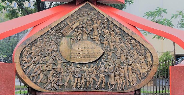 ベトナム人の力強い生き方を表したオブジェ|フエの名門大学の校門の写真