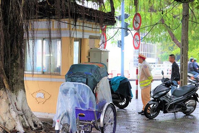 フエのチュンティエン橋の出口で警戒する警察官|ベトナム旅行