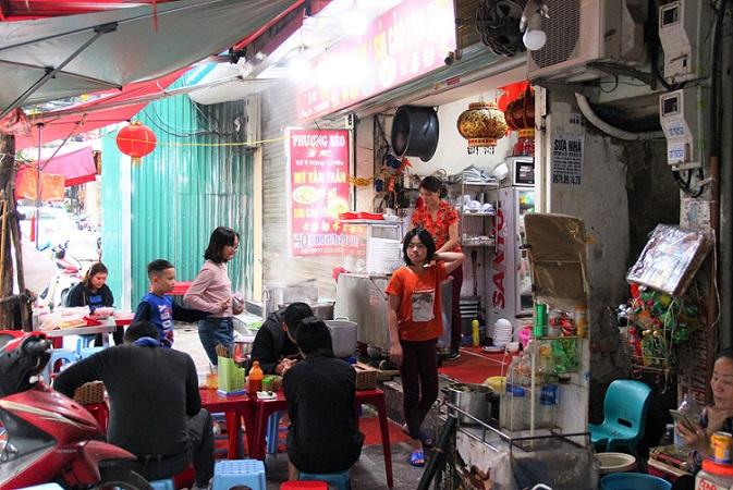 ハノイのミーヴァンタン店の名店で働く女の子【ベトナム旅行】