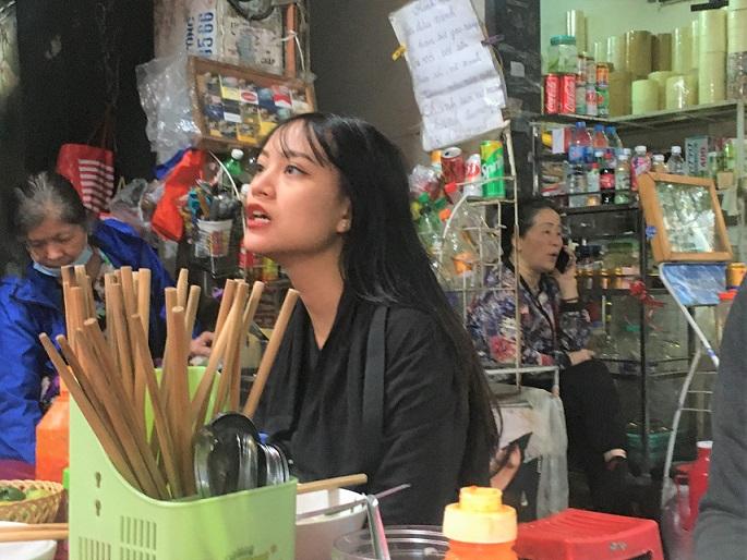 ハノイの名物、海鮮ラーメンのお店で注文する女性|格安で美味しいベトナム料理があちこちで食べられる【ベトナム旅行】