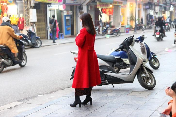 ハノイの旧市街を歩くオシャレなコートを着た女性【ベトナム旅行】