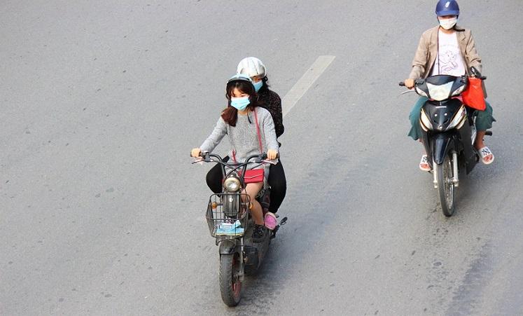 ハノイの街を走るバイクに乗った若い女性の写真|ベトナム旅行で美味しいラーメンを探す