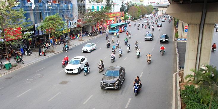 ベトナムのハノイの街を走る自動車とバイクの写真|ベトナム旅行