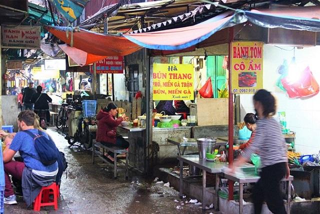 ハノイの下町の食堂街で食事をするベトナム人【ベトナムB級グルメ旅行】