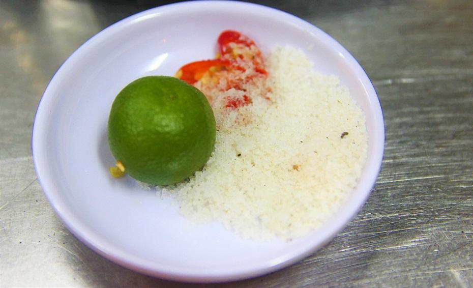ベトナム料理には定番の調味料であるライムと岩塩とトウガラシの写真|ベトナムのハノイドンスアン市場