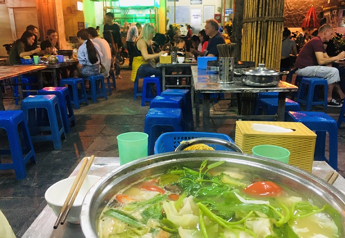 日本人向け定番のB級グルメ料理をドンスアン市場のフードコートで食べている写真|ベトナム旅行