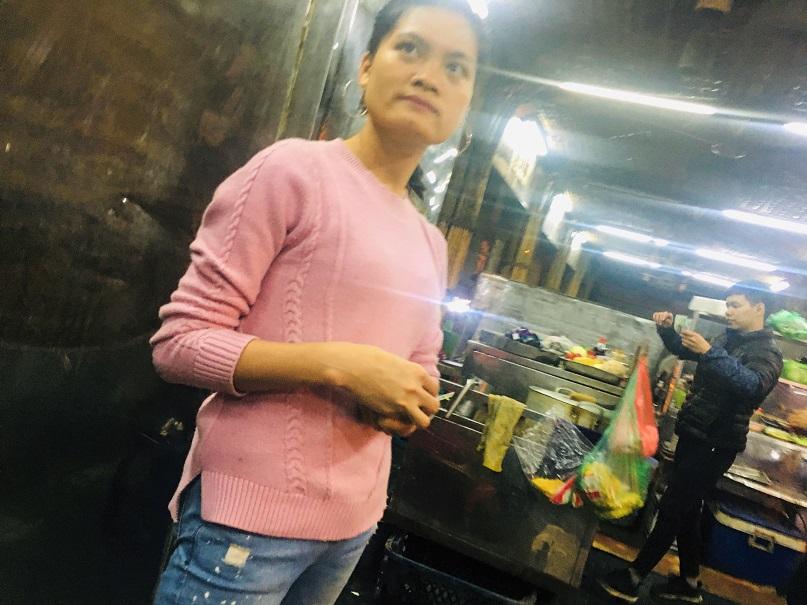 日本人にもお勧めのハノイ旧市街の定番お買い物スポットのドンスアン市場の食堂の店員の気さくな女性の写真|ベトナム旅行