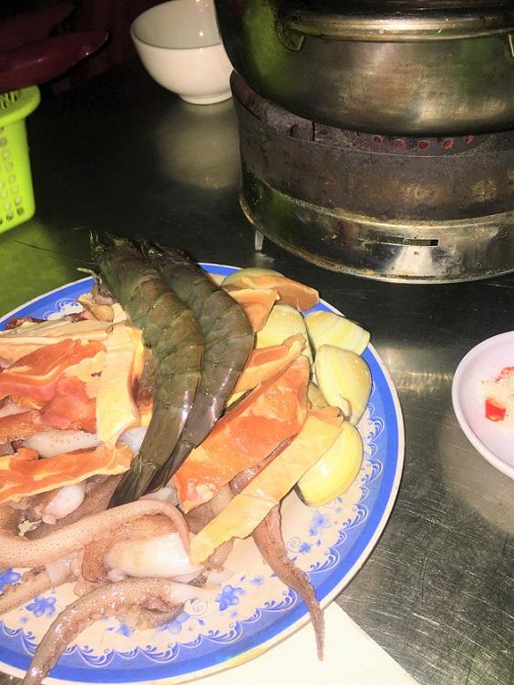 ハノイ旧市街のドンスアン市場の食堂で食べた激ウマシーフード鍋料理の写真|ベトナム旅行