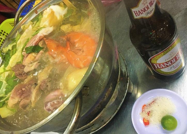ベトナム旅行中にシーフード鍋料理とハノイビールを楽しんでいる写真|ハノイにて