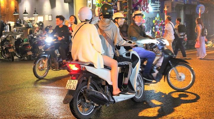ハノイの旧市街で激ウマ食堂でお腹いっぱいB級グルメを食べて帰っていくベトナムのカップルの写真