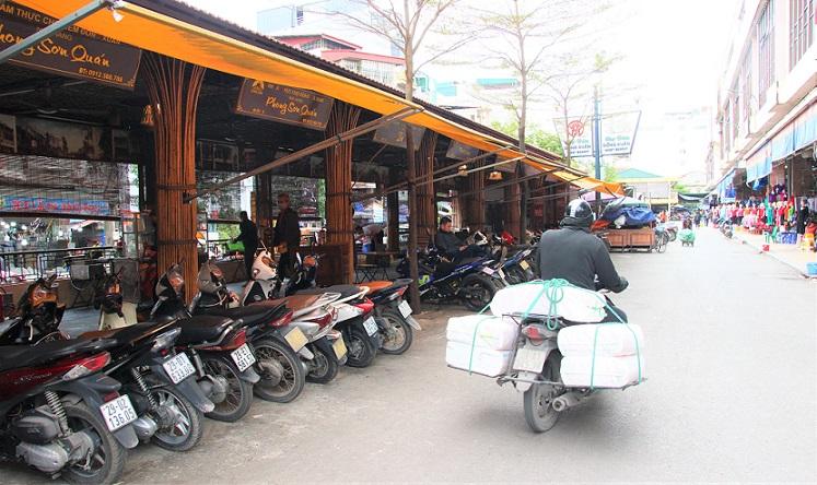 昼間のまだ客が来ていないドンスアン市場のフードコートの写真