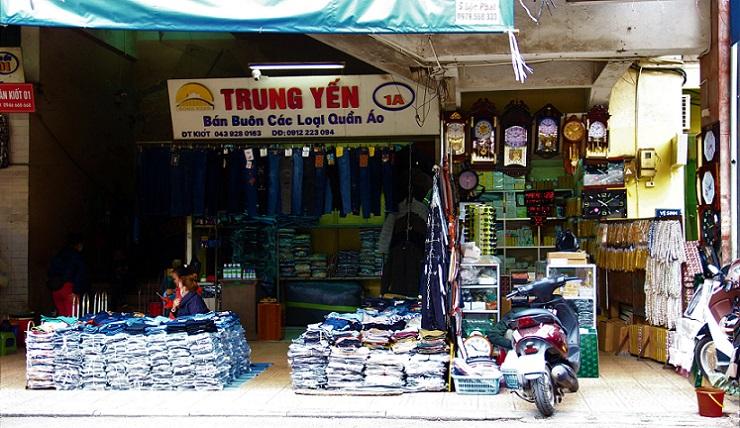 ハノイ最大のドンスアン市場でジーンズを売る服屋の写真