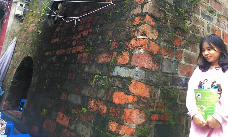 ハノイの旧市街の名所ドンハー門のベトナム人の美少女の写真