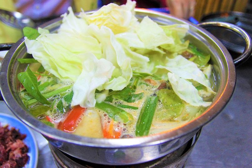 野菜たっぷりのベトナム風鍋料理|パイナップルや果物も入っているので辛いだけでなく甘い