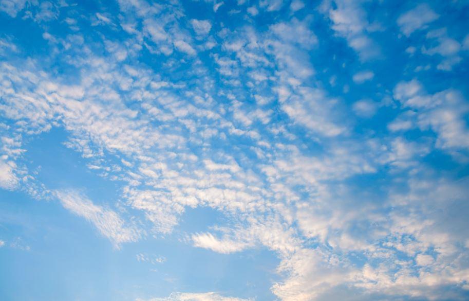 飛行機の機内から見た空と雲の写真