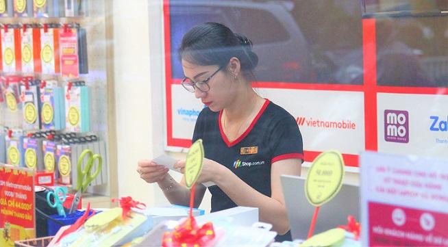 フエのスマホショップの若い女性店員|べトナムでもインターネット利用が急速に拡大している