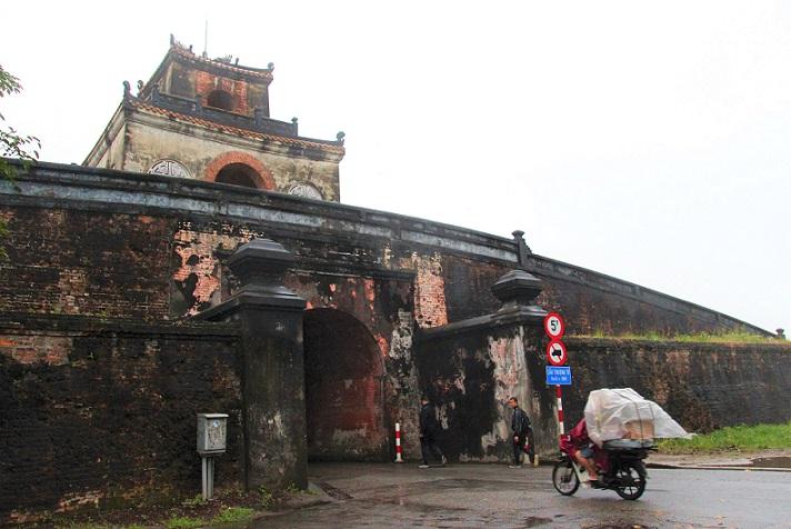 世界遺産フエの王宮に続く城門の写真|ベトナムの旅
