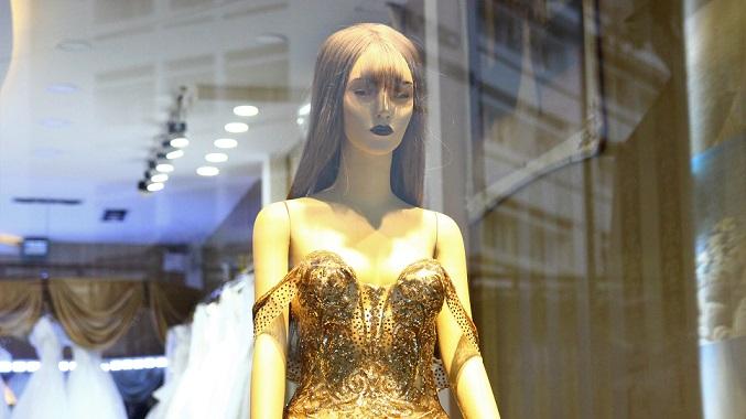 フエのウエディングドレスを売る店には結婚間近の男女がいた