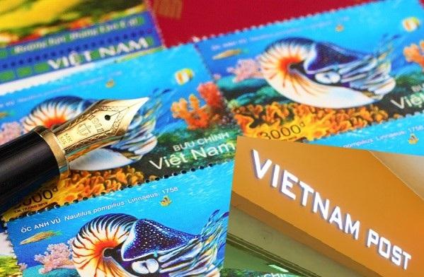 ハノイ郵便局の玄関とベトナムの切手と万年筆の写真