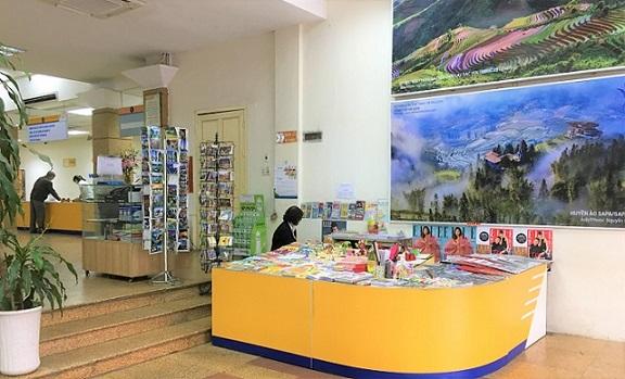 ハノイ郵便局の玄関の海外旅行者向けのお土産販売コーナーの写真