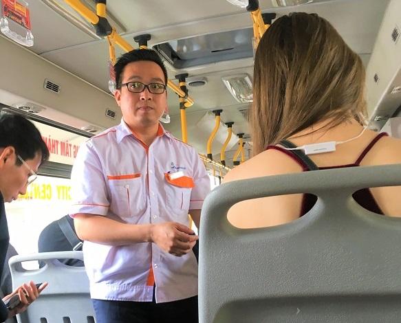 ハノイの旧市街から空港まで直通で行ける86番のバスの車内の写真