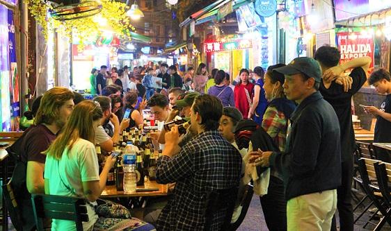ベトナムのタヒエン通りで飲食する観光客の写真