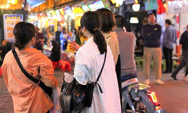 ビアストリートを歩くタヒエン通りの日本人観光客の女性たちの写真
