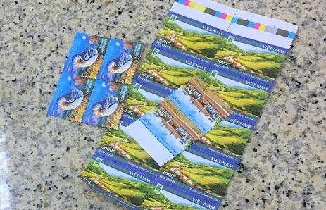 ハノイ郵便局のカウンターに並べられた切手の写真